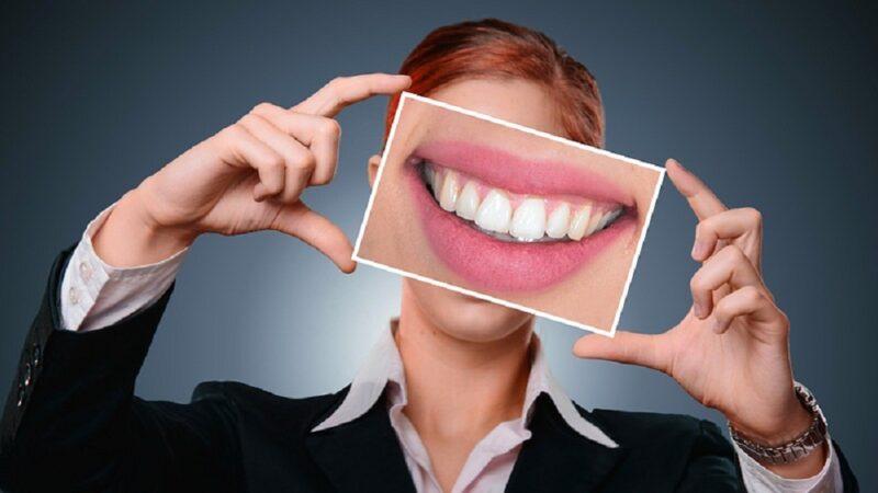 Cara merawat gigi kusam menjadi lebih putih secara alami.